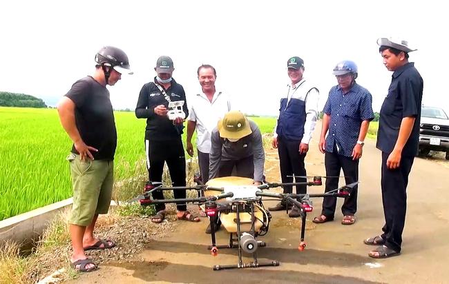 gop/Tăng hiệu quả làm lúa bằng máy bay không người lái - Ảnh 1.