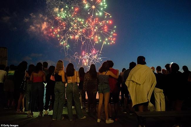 """New York bùng nổ dạ tiệc, pháo hoa mừng """"kết thúc Covid-19"""" - Ảnh 3."""