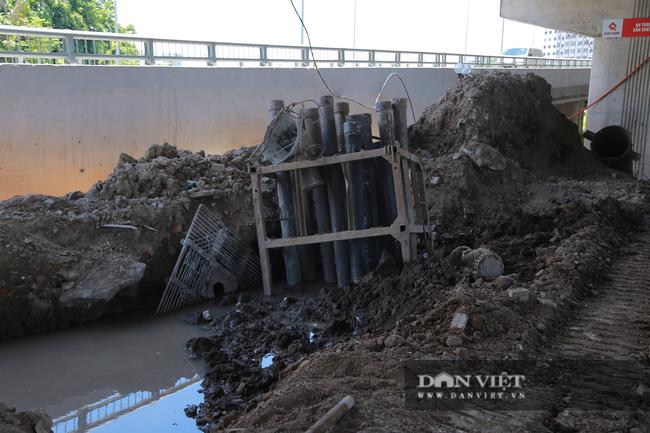Cận cảnh lòng hồ Linh Đàm nhếch nhác sau 1 năm thi công cầu vượt dưới thấp - Ảnh 11.