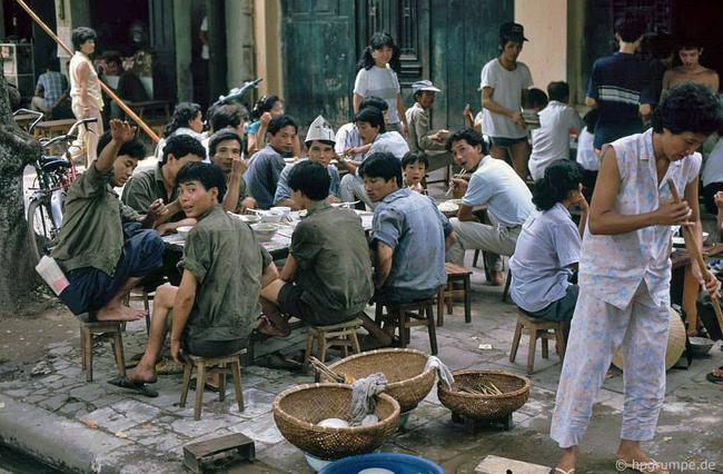 Kỳ thú ẩm thực vỉa hè ở Hà Nội năm 1991-1992 - Ảnh 1.
