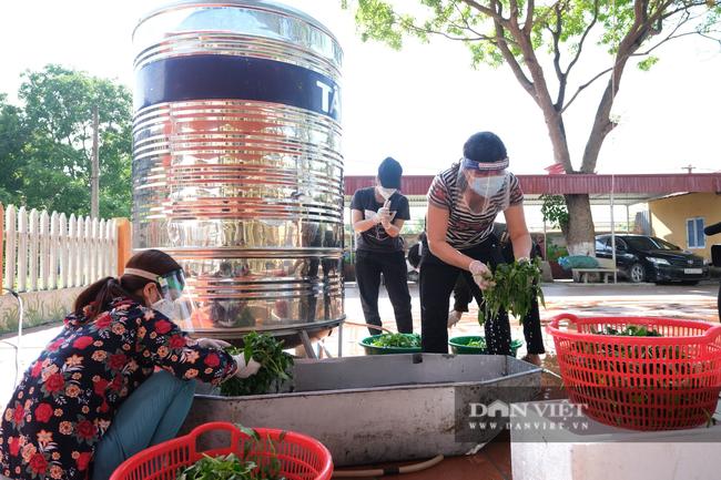 """Bắc Giang: Bếp ăn nghĩa tình của những người """"cầm phấn"""", tiếp lửa cho tiền tuyến chống dịch - Ảnh 1."""