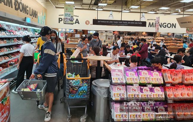Covid-19 tại TP.HCM phức tạp, siêu thị, cửa hàng tiện lợi ứng phó thế nào? - Ảnh 1.