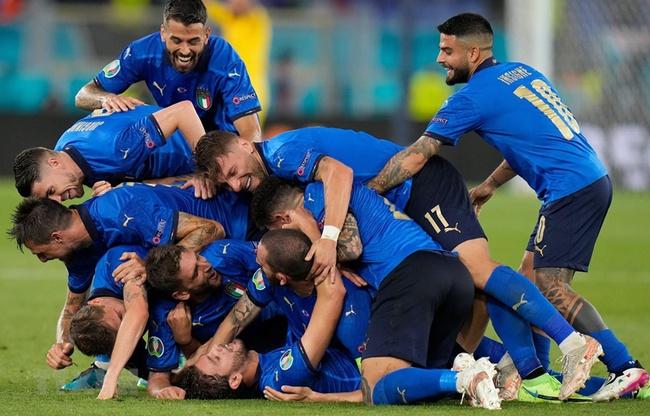 Italia vẫn cần thêm 1 điểm để có ngôi đầu bảng.