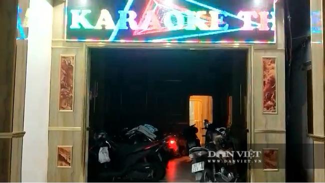 """Đồng Nai: Bất chấp dịch, các """"kiều nữ"""" karaoke thoát y phục vụ khách để kiếm thêm - Ảnh 1."""