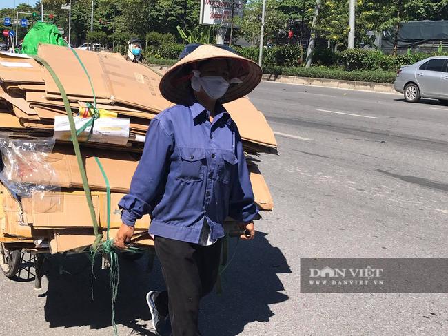 Lao động Nguyễn Thị Mai  kéo xe bò chất hơn 40kg giấy vụn vừa thu mua được về xưởng nhập hàng. Ảnh: Nguyệt Tạ