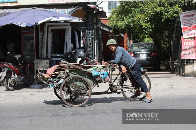 Người lao động vất vả đối diện với nắng nóng 46 độ C ở Hà Nội  - Ảnh 2.