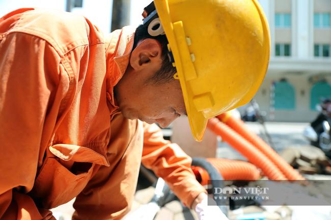 Người lao động vất vả đối diện với nắng nóng 46 độ C ở Hà Nội  - Ảnh 6.
