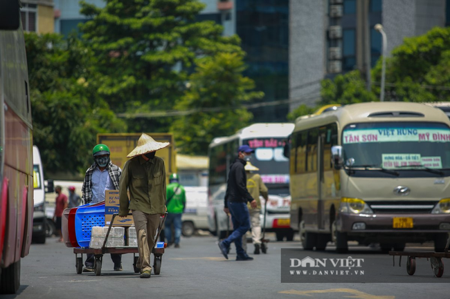 Người lao động vất vả đối diện với nắng nóng 46 độ C ở Hà Nội  - Ảnh 8.