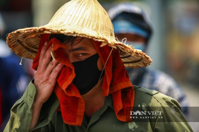 Người lao động vất vả đối diện với nắng nóng 46 độ C ở Hà Nội  - Ảnh 10.