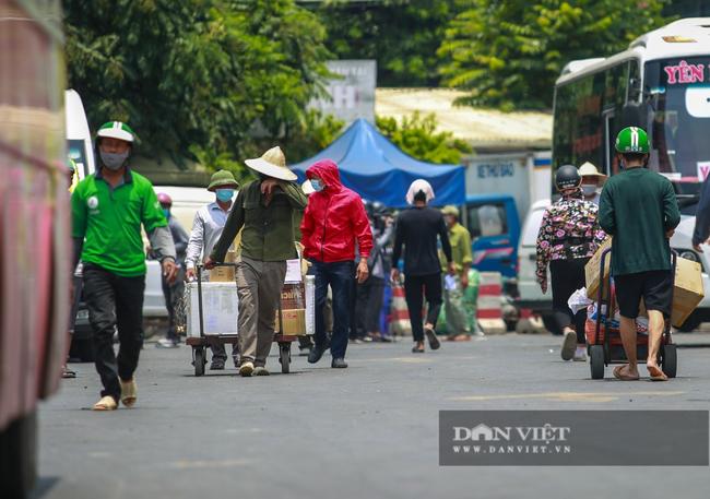 Người lao động vất vả đối diện với nắng nóng 46 độ C ở Hà Nội  - Ảnh 14.