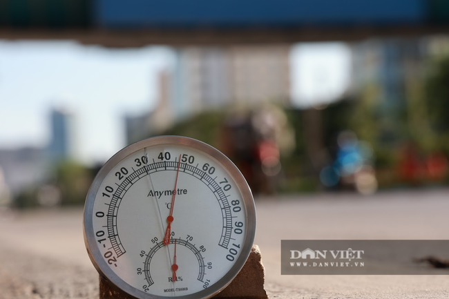 Người lao động vất vả đối diện với nắng nóng 46 độ C ở Hà Nội  - Ảnh 4.