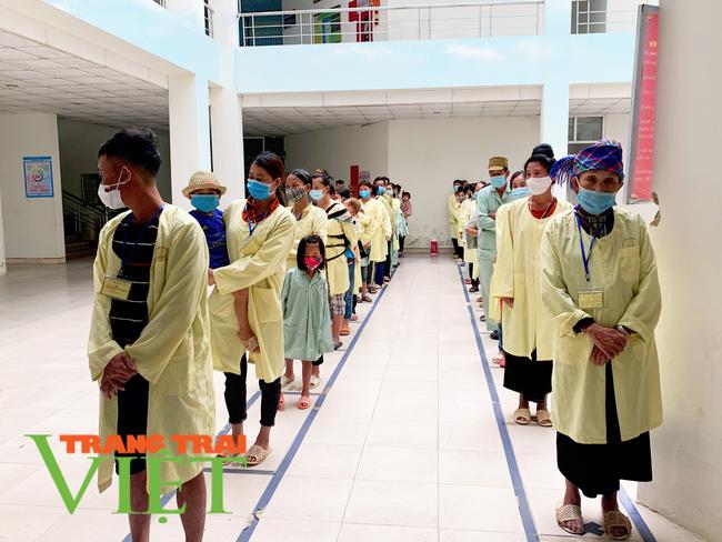 Lai Châu:Tặng những chiếc bánh mì, hộp sữa ấm lòng người nghèo giữa đại dịch COVID-19   - Ảnh 2.