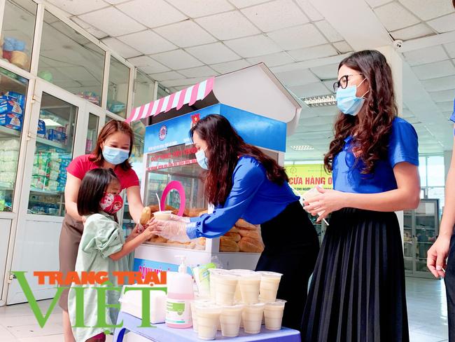 Lai Châu:Tặng những chiếc bánh mì, hộp sữa ấm lòng người nghèo giữa đại dịch COVID-19   - Ảnh 1.