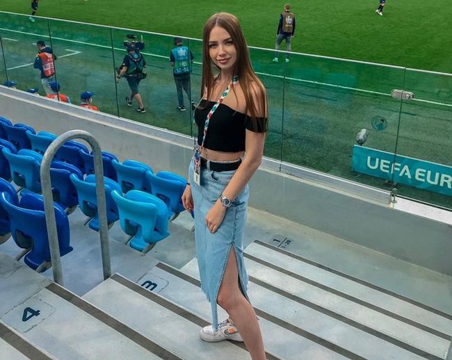 """Gây sốt: Nữ CĐV xinh đẹp đăng biển """"tìm chồng"""" ở EURO 2020 - Ảnh 5."""