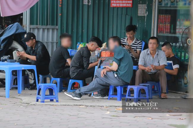 Nhiều quán trà đá vỉa hè vẫn tụ tập mặc dù Hà Nội chưa cho phép hoạt động - Ảnh 1.