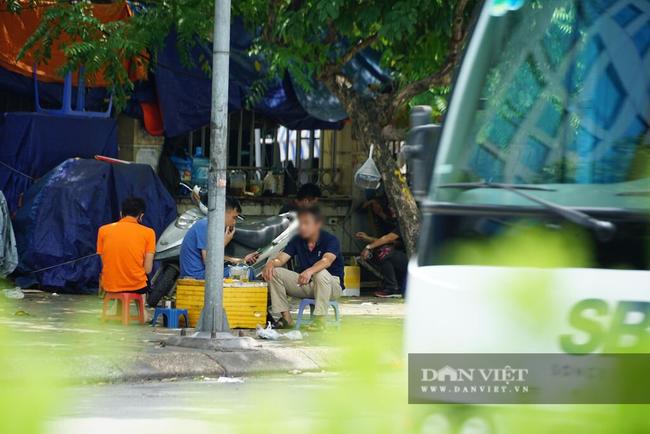 Nhiều quán trà đá vỉa hè vẫn tụ tập mặc dù Hà Nội chưa cho phép hoạt động - Ảnh 2.