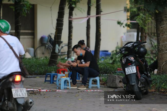 Nhiều quán trà đá vỉa hè vẫn tụ tập mặc dù Hà Nội chưa cho phép hoạt động - Ảnh 3.