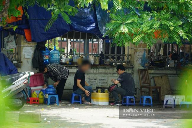 Nhiều quán trà đá vỉa hè vẫn tụ tập mặc dù Hà Nội chưa cho phép hoạt động - Ảnh 4.