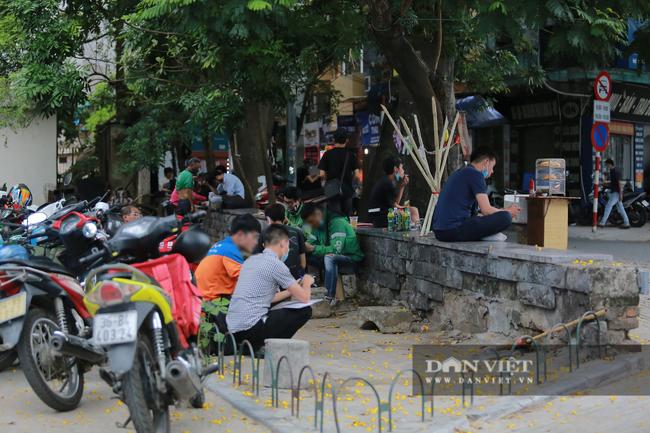 Nhiều quán trà đá vỉa hè vẫn tụ tập mặc dù Hà Nội chưa cho phép hoạt động - Ảnh 5.