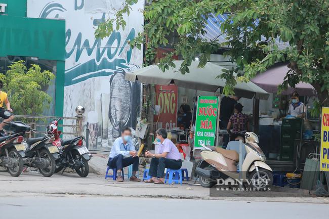 Nhiều quán trà đá vỉa hè vẫn tụ tập mặc dù Hà Nội chưa cho phép hoạt động - Ảnh 7.