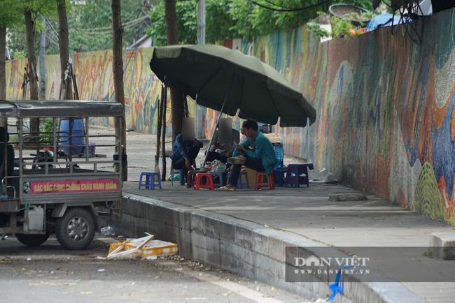 Nhiều quán trà đá vỉa hè vẫn tụ tập mặc dù Hà Nội chưa cho phép hoạt động - Ảnh 10.