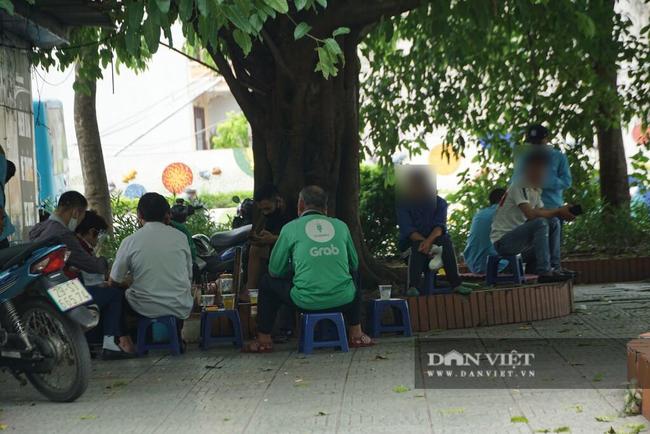 Nhiều quán trà đá vỉa hè vẫn tụ tập mặc dù Hà Nội chưa cho phép hoạt động - Ảnh 11.