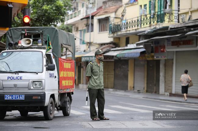 """Lực lượng chức năng ra quân """"dẹp"""" phong trào thể dục ở Hà Nội - Ảnh 2."""