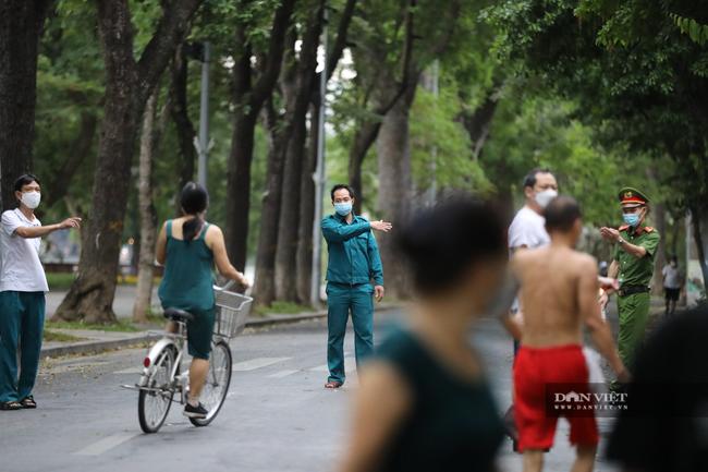 """Lực lượng chức năng ra quân """"dẹp"""" phong trào thể dục ở Hà Nội - Ảnh 3."""