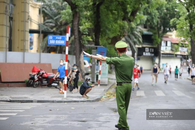 """Lực lượng chức năng ra quân """"dẹp"""" phong trào thể dục ở Hà Nội - Ảnh 4."""