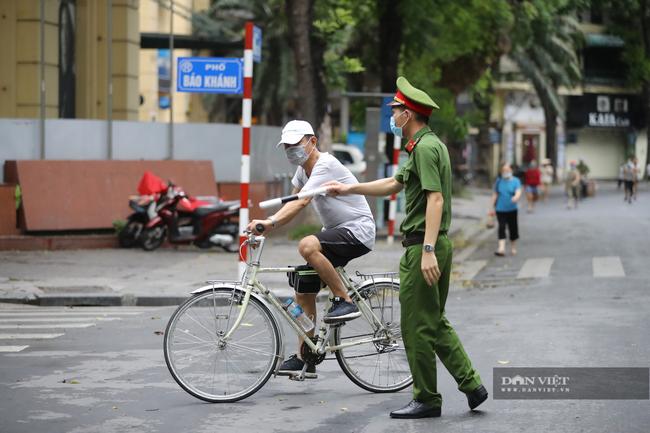 """Lực lượng chức năng ra quân """"dẹp"""" phong trào thể dục ở Hà Nội - Ảnh 8."""