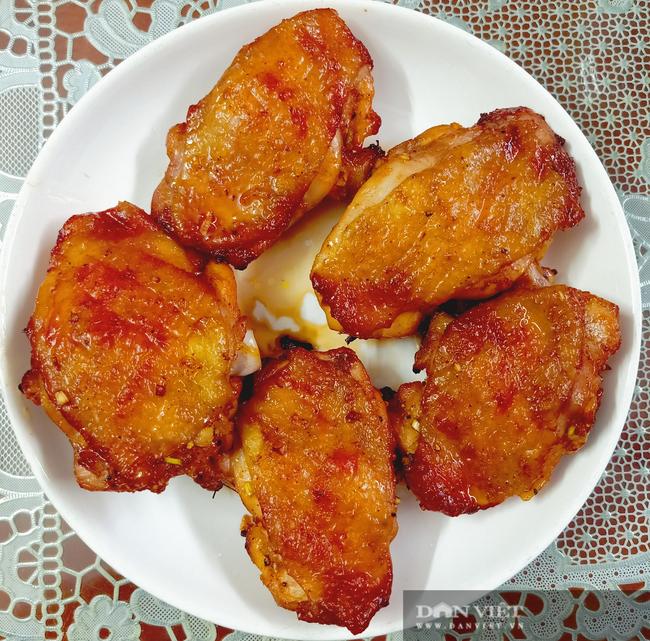 Lạ miệng với gỏi gà nướng ngũ sắc - Ảnh 2.