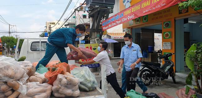 Báo Nông thôn Ngày nay/Dân Việt trao quà của bạn đọc đến người dân bị ảnh hưởng dịch Covid-19 ở TP.HCM - Ảnh 8.