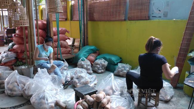 Báo Nông thôn Ngày nay/Dân Việt trao quà của bạn đọc đến người dân bị ảnh hưởng dịch Covid-19 ở TP.HCM - Ảnh 9.
