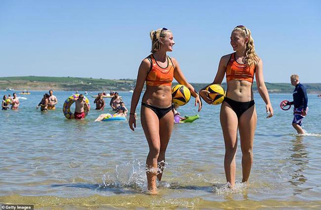 Anh: Sắc màu bikini lại ngập tràn bãi biển, giữa lúc dòng khách du lịch hối hả trở về trước thời hạn cách ly - Ảnh 2.