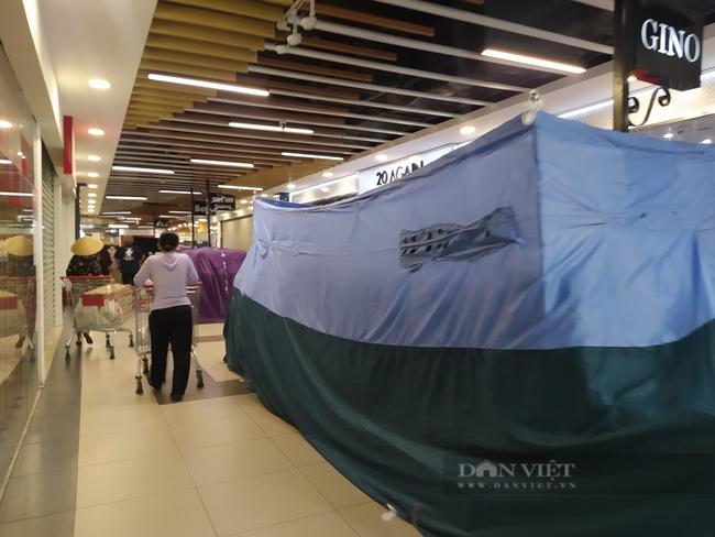 Gian hàng không thiết yếu trong TTTM ở Hà Nội đồng loạt đóng cửa sau lệnh cấm - Ảnh 7.