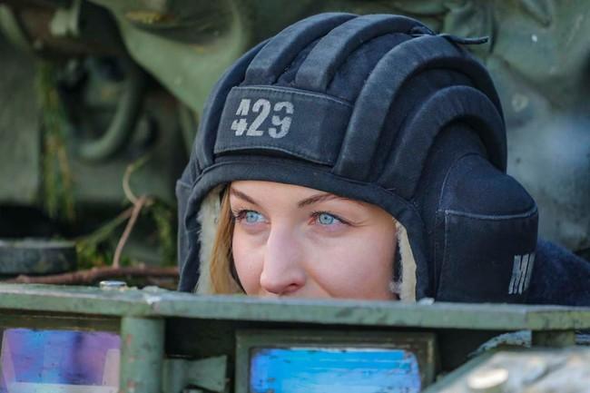Nhan sắc đẹp mê lòng người của nữ quân nhân thiết giáp Nga - Ảnh 1.