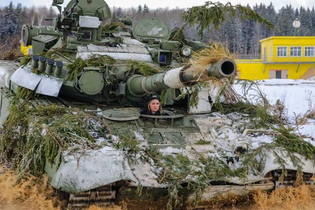 Nhan sắc đẹp mê lòng người của nữ quân nhân thiết giáp Nga - Ảnh 2.