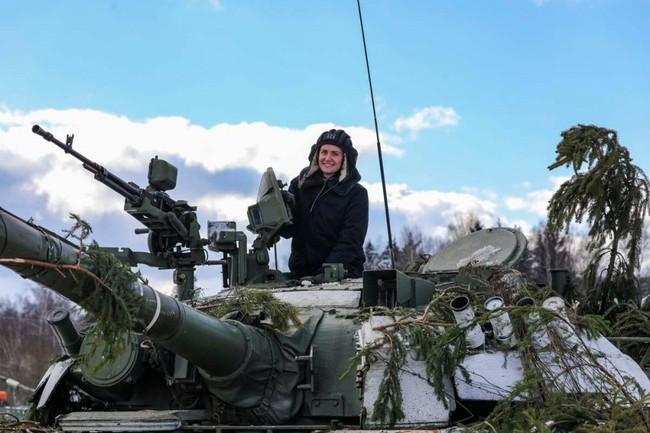Nhan sắc đẹp mê lòng người của nữ quân nhân thiết giáp Nga - Ảnh 10.