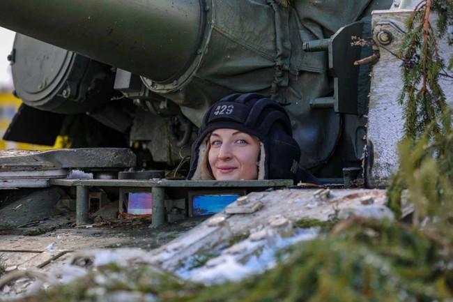 Nhan sắc đẹp mê lòng người của nữ quân nhân thiết giáp Nga - Ảnh 11.