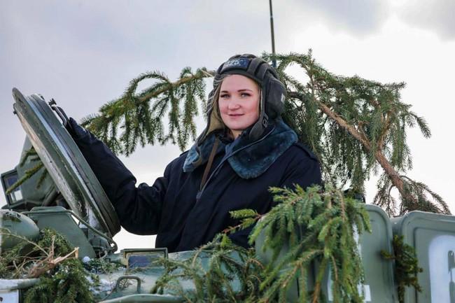 Nhan sắc đẹp mê lòng người của nữ quân nhân thiết giáp Nga - Ảnh 12.