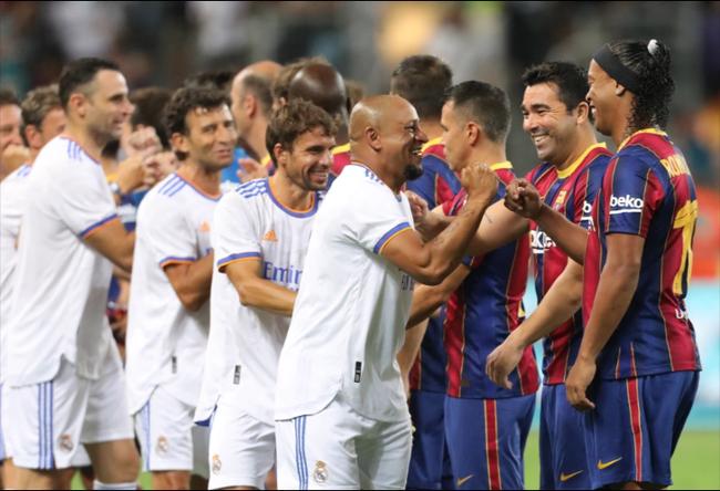 """Clip: Ronaldinho """"tả xung hữu đột"""" ở trận El Clasico của các huyền thoại - Ảnh 1."""