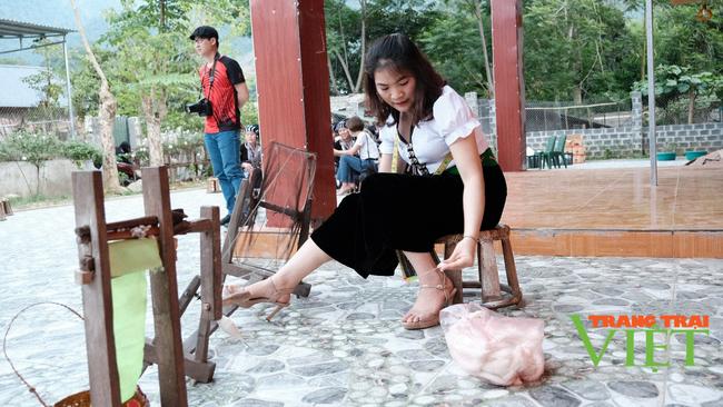 Lai Châu: Bản văn hóa du lịch Vàng Pheo hấp dẫn du khách - Ảnh 3.