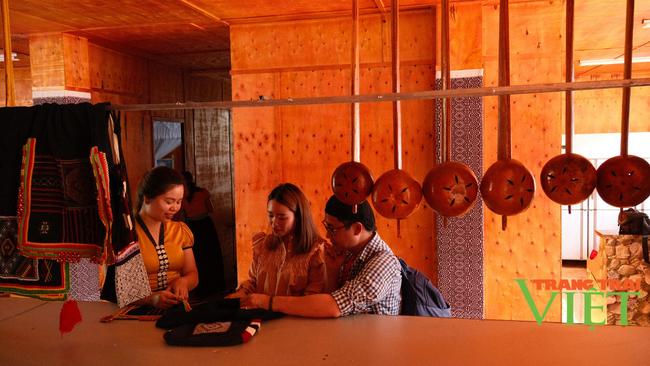 Lai Châu: Bản văn hóa du lịch Vàng Pheo hấp dẫn du khách - Ảnh 4.