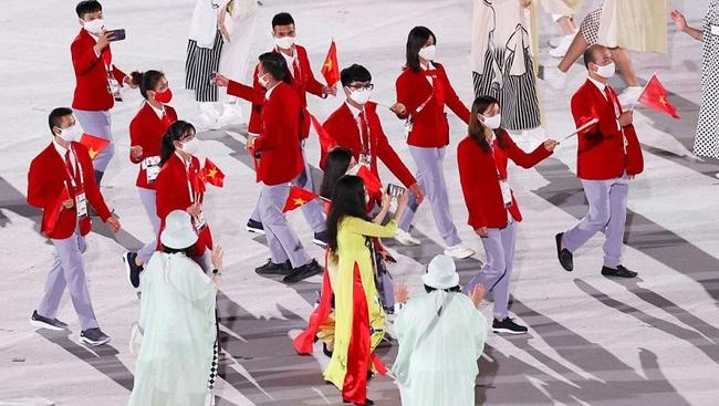CHÙM ẢNH: Đoàn Việt Nam diễu hành rực rỡ tại lễ khai mạc Olympic 2020 - Ảnh 11.