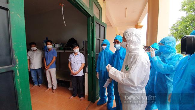 Quảng Nam: Chủ tịch UBND tỉnh Lê Trí Thanh thăm, tặng quà cho công dân được đón về từ TP.Hồ Chí Minh  - Ảnh 3.