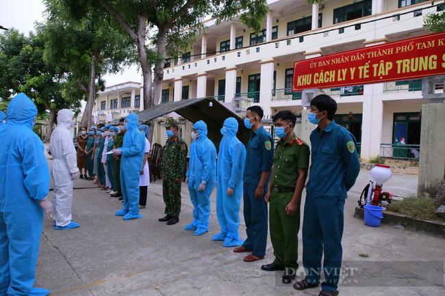 Quảng Nam: Chủ tịch UBND tỉnh Lê Trí Thanh thăm, tặng quà cho công dân được đón về từ TP.Hồ Chí Minh  - Ảnh 4.