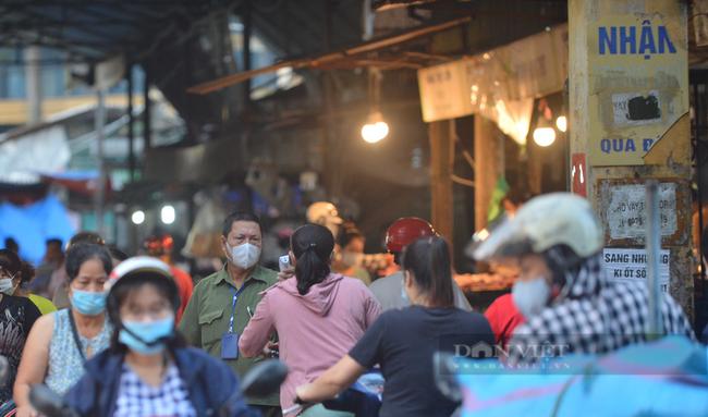 Chợ, siêu thị Hà Nội ngày đầu giãn cách xã hội: Nơi đông đúc, chốn thoáng đãng người dân thoả sức lựa chọn - Ảnh 1.