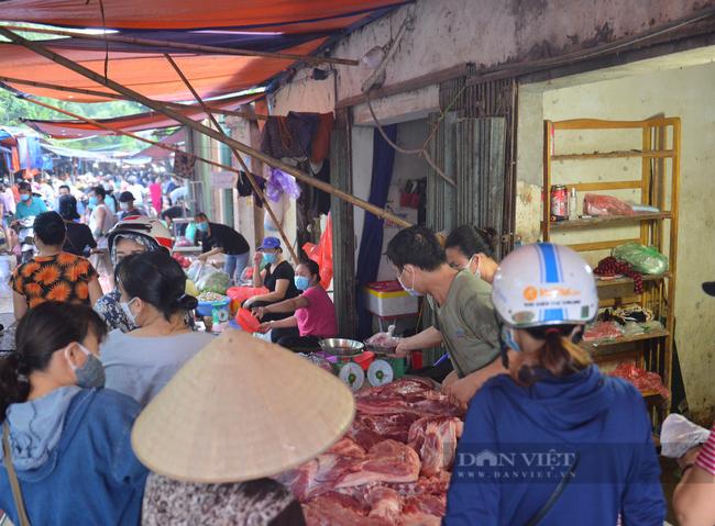 Chợ, siêu thị Hà Nội ngày đầu giãn cách xã hội: Nơi đông đúc, chốn thoáng đãng người dân thoả sức lựa chọn - Ảnh 2.