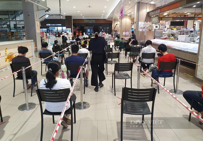 TP.HCM tiếp tục giãn cách theo Chỉ thị 16: Siêu thị đông lại, thực phẩm vẫn đầy ắp - Ảnh 1.
