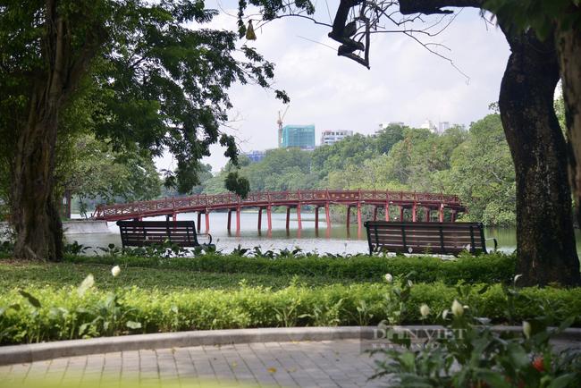 Có một hồ Gươm vắng vẻ, bình yên trong ngày đầu Hà Nội thực hiện Chỉ thị 16 - Ảnh 2.